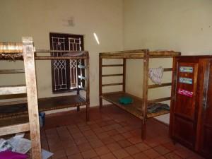 bis zu 6 Mädchen teilen sich im Internatsbetrieb bis zu 50 Wochen im Jahr ein Zimmer mit je einem Bett, genau in dieser Ausstattung und einem halben Schrankteil - das ist eine gute Ausstattung; anderes konnte ich besichtigen!