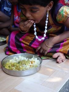 der Daumen schiebt die, als Bällchen geformte Speise in den Mundraum - die Hand verschwindet nie im Mund!