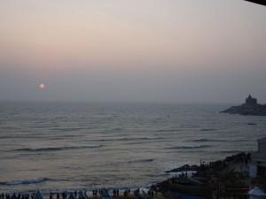 der Sonnenaufgang wird von hunderten von Menschen am Ufer mitverfolgt während schon ab 5 Uhr morgens ohrenbetäubend christliche Gottesdienste ins freie übertragen werden