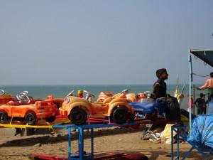 Karusell - mals anders, im KinderHandbetrieb unweit der rituellen Badestelle im indischen Ozean