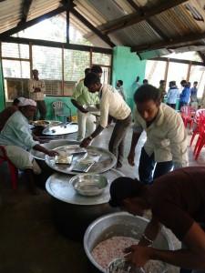 die Ehemaligen in Aktion - ein gutes Essen für alle geben, ist in Indien ein großer Wert.
