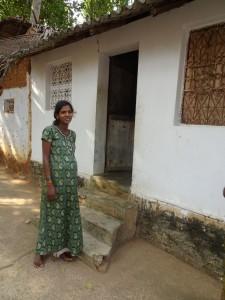 die junge Frau erwartet ihr zweites Kind, der Vater ist berufsunfähig da er beide Nieren verloren hat, die Großmutter ernährt die Familie und lebt zusammen mit ihnen in der kleinen angemieteten Hütte; die 8 jährige Tochter besucht mit Freude die Kiruba