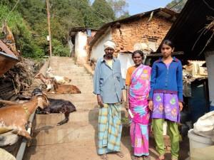 in der dritten Generation spielt CMS eine Rolle im Leben dieser Familie; die Großeltern leben mit den Ziegen und der Familie mit zwei Töchtern in einer kleinen Hütte; während die Eltern als Tagelöhner in der Teefabrik arbeiten achten die Großeltern auf die beiden Mädchen; bringen sie zur Tuition und zurück.