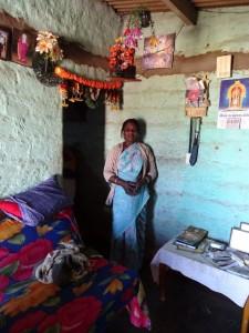 im Haushalt des Sohnes lebt die Großmutter und sorgt mit für die beiden Kinder während die Eltern in der Teeplantage arbeiten; da der Weg in die Kiruba weit ist haben sie es sich aufgeteilt: die Oma holt das Kind von der Schule und begleitet es in die Kiruba; die Mutter holt es abends gegen 19.30 nach der Arbeit ab. Leider hat nur ein Kind einen Platz bekommen, das andere ist bereits zu alt. Ohne Ome und Kiruba könnte ein Elternteil nicht arbeiten.