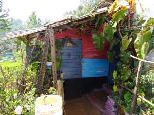hinter dieser kleinen Tür ducken sich auf 25 qm 6 Menschen in ihrem zu Hause