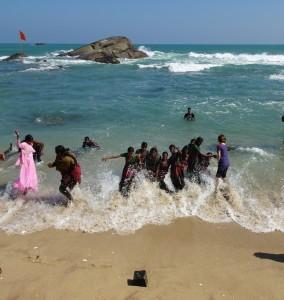 """playing on the beach? esrt war ich über diesen Wunsch erstaunt - dann unendlich begeistert haben wir 2 Stunden in voller Montur im warmen indischen Ozean geplanscht, gelacht, mit einer Kokusnuss Ball gespielt ... trocknen und mit salzigen Klamotten den rest des tages rumspazieren - kein Problem in Indien! Das gehört zu einem """"guten Besuch"""" am Meer."""