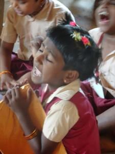"""auswendig lernen, laut, fast brüllend etwas """"hersagen"""" - macht einen Teil des Lernens in Indien aus"""