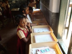 mit Hilfe von Lernkarten organisiert jedes Kind seinen Lernprozess selbst - auch in der Struktur des Tages ist sehr viel Eigenverantwortung gefordert. Alle Erstklässler haben sich z.B im Kreis organisiert und lesen Reih um vor während die Lehrerin daneben mit den zweiklässlern im gleichen Raum arbeitet